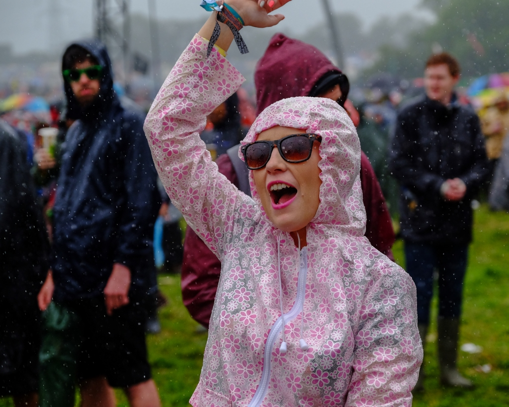 Glastonbury Festival, Somerset, UK. 26 June 2015. Several heavy downpours soaked the crowd during the afternoon. Despite the soaking spirits remained high and the Glastonbury mood prevailed. © Tom Corban