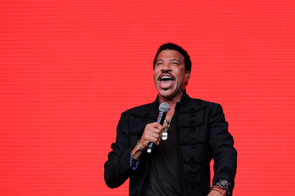 """Glastonbury Festival, Somerset, UK. 28 June 2015. Lionel Richie performs live during his first ever British festival appearance in the traditional Sunday """"legend"""" spot on the Pyramid Stage on Sunday at the 2015 Glastonbury Festival. © Tom Corban"""