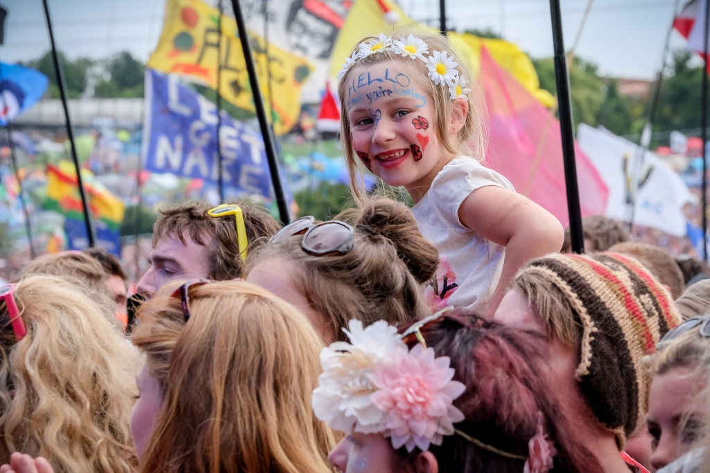 """Glastonbury Festival, Somerset, UK. 28 June 2015. A youngster shows her appreciation as Lionel Richie performs live during his first ever British festival appearance in the traditional Sunday """"legend"""" spot on the Pyramid Stage on Sunday at the 2015 Glastonbury Festival. © Tom Corban"""