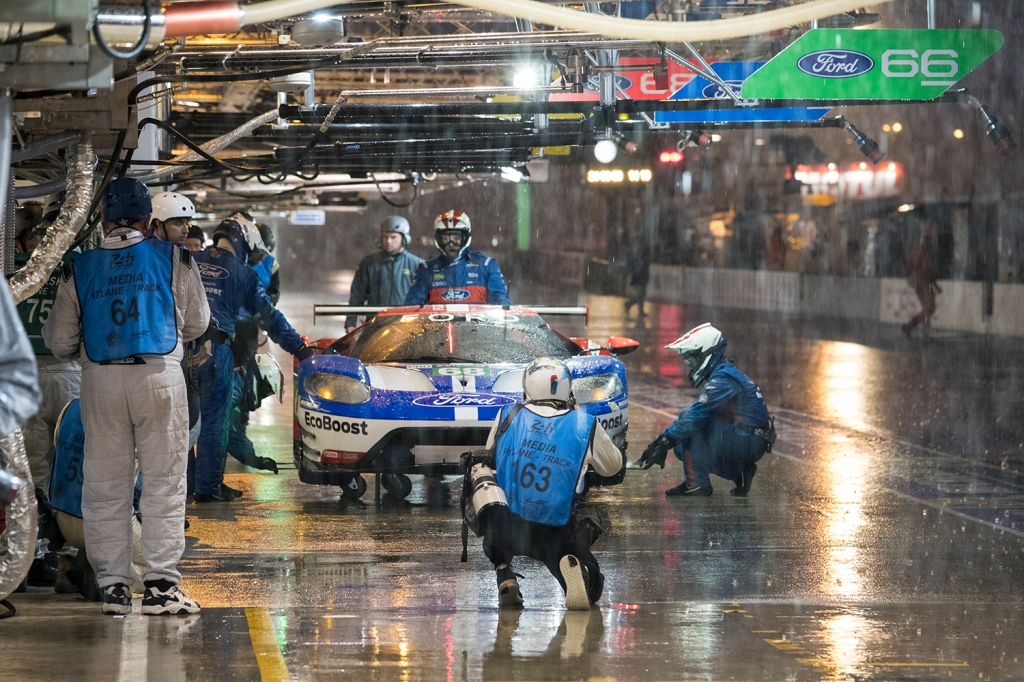 Heavy Rain during qualifying for the 24 Hours of Le Mans caused the session to be stopped fo r20 minutes due to deep water on the circuit